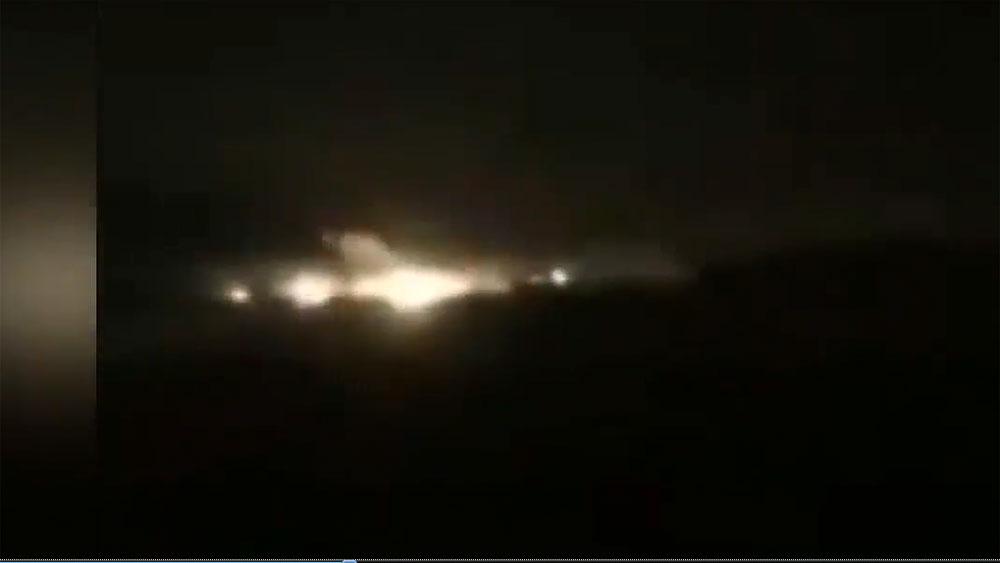 Không mở được càng hạ cánh, máy bay Iran mài thân xuống đường băng